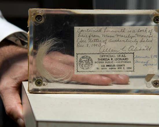 Alguns gostam de pés, outros curtem cabelos. John Reznikoff só coleciona mechas de gente famosa. Nas gavetas do historiador, estão guardados pedaços das madeixas de Edgar Allan Poe, Albert Einstein, Marylin Monroe e até Abraham Lincoln.