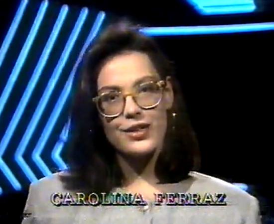Carolina Ferraz, que também está na novela de Carminha x Nina, apresentava o Programa de Domingo, o Fantástico da Record da época, mas que era da extinta Manchete.