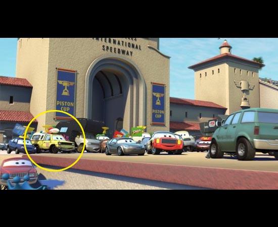 O carro da Pizza Planet aparece no filme Carros (2006). É o segundo veículo da esquerda para a direita.