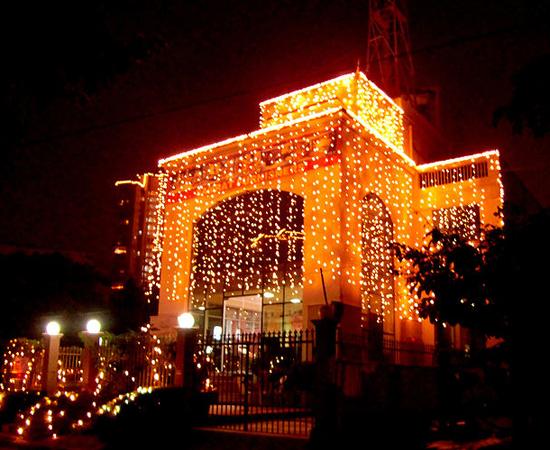 Este é um exemplo de casa enfeitada para o Festival das Luzes, em Nova Delhi (Índia).