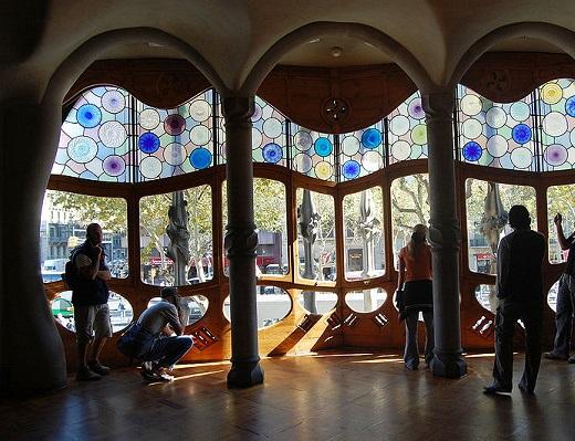 A Casa Battló é uma das maiores atrações de Barcelona. Construída entre 1875 e 1877, a casa foi mais tarde completamente reformulada pelo arquiteto Antoni Gaudí. Um dos apelidos da construção é Casa dos Ossos, por conta do formato da fachada.