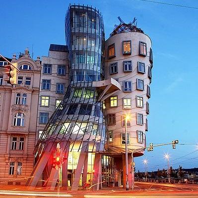 A noite de Praga, na República Tcheca, é tão boa que até as casas dançam. Ou pelo menos essa, um dos cartões-postais da cidade. Construída na década de 90, a casa serve de sede para empresas internacionais. Vale dizer que há quem chame o lugar de casa bêbada, pelo formato cambaleante da estrutura.