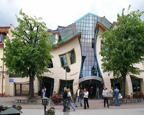 O nome dessa casa é Krzywy Domek, mas pode chamá-la simplesmente de torta. Construída em 2004, ela fica na Polônia e faz parte de um shopping center.