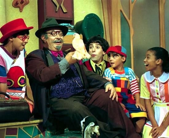 Castelo Rá-Tim-Bum (1994) é um programa infantil da TV Cultura. Conta a história de Nino, um aprendiz de feiticeiro, que tem dificuldade de se relacionar com pessoas normais.