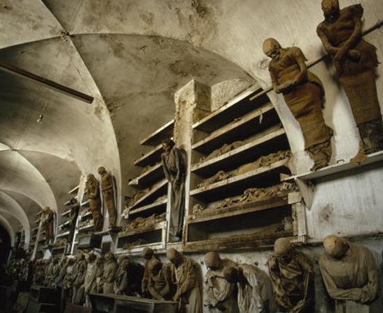 CATACUMBAS DOS CAPUCHINHOS DE PALERMO - São criptas situadas abaixo de um monastério da Ordem dos Frades Menores Capuchinhos, localizado na Sicília, no sul da Itália. Graças ao ambiente único do local e a uma técnica específica de embalsamamento, os corpos se decompõem muito lentamente. Alguns permanecem praticamente intactos.