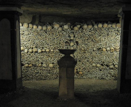 CATACUMBAS DE PARIS - É um ossuário subterrâneo localizado em Paris, na França. Chega a 400 km de extensão e está em uso desde 1785. Calcula-se que o local abrigue mais de 5 milhões de restos mortais.