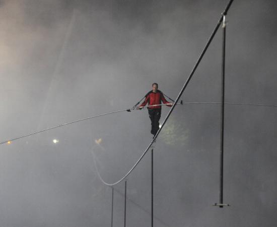 No dia 15 de junho, o equilibrista Nik Wallenda cumpriu o incrível feito de atravessar as Cataratas do Niágara andando sobre um cabo de aço de 540 metros de comprimento.
