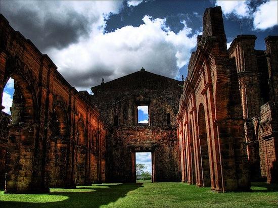 Ruínas da Catedral de São Miguel das Missões, Rio Grande do Sul. O lugar não está exatamente abandonado. Mas já não é usado para o que foi criado.