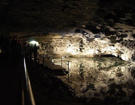 Famosa por suas formações de gelo, essa caverna fica perto da cidade de Kungur, na Rússia. Ela é um ponto turístico famoso da região.