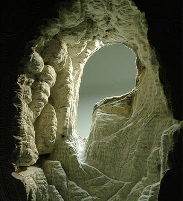 Em seu site, o artista conta que trabalhos assim tomam horas. É preciso muita paciência para transformar páginas velhas em cavernas.