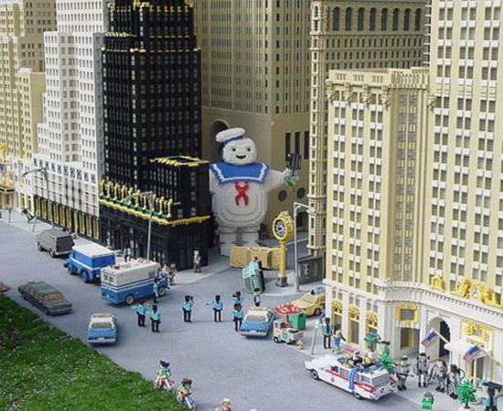 Lembra do filme Os Caça-Fantasmas? Esta é a reprodução de uma das cenas, feita com Lego.
