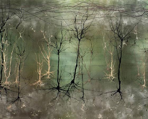 Para fazer as pinturas, ele usa algumas técnicas diferentes, como soprar tinta derramada em um pedaço de papel ou usar seringas com a tinta. Ela segue o caminho em que encontra menor resistência, assim como um neurônio faz, explica.