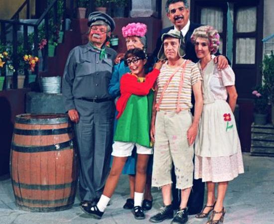 Chaves (1971) não precisa de apresentações, mas a gente repete, caso alguém ainda não conheça: é um seriado de origem mexicana que conta a história de um menino pobre que mora em uma vila.