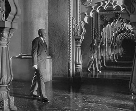 Cidadão Kane (Orson Welles, 1941) - Este filme é famoso por estar em quase todas as listas de melhores do cinema. E também nas listas de filmes que muita gente finge que assistiu. Quando Charles Foster Kane morre, a mídia tenta descobrir o significado de sua última palavra: rosebud. A vida toda do figurão da imprensa é investigada - desde sua infância pobre até a sua ascensão. O spoiler que contamos no Leia Mais não é a versão oficial da surpresa do filme. Mas é a mais famosa.