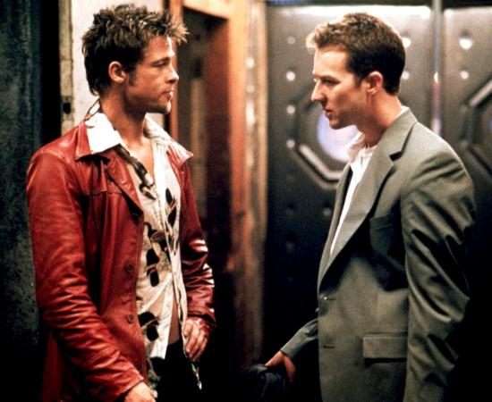 Clube da luta (David Fincher, 1999) - Edward Norton dá vida a um homem com problemas de insônia que leva uma vida bem medíocre. Até que Tyler Durden aparece em sua vida. Juntos, os dois formam uma parceria de sucesso: fundam o Clube da Luta, criam um exército de revolucionários e dividem a mesma mulher. OK, a última parte é um pouco estranha. Até o momento em que você entende tudo.