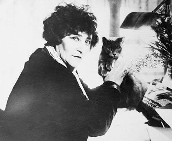 A escritora francesa Sidonie Gabrielle Colette posa ao lado de seu gatinho. Ficou famosa pelo romance Chéri, no qual descreve o relacionamento entre uma mulher e um homem 24 anos mais jovem.