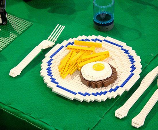 Ou quem sabe, você pode pedir junk food também feita com peças de Lego.