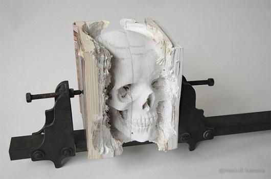 Sete livros de informática desatualizados foram utilizados pelo artista Maskull Lasserre para fazer essa escultura em formato de crânio humano.