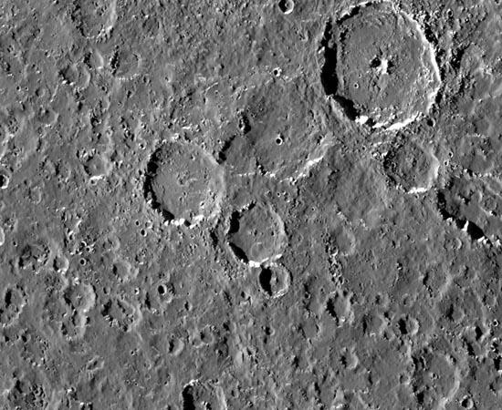 Nesta foto é possível ver detalhes de Calisto. A lua é tão cheia de crateras, que novos impactos de meteoritos criariam depressões sobre as já existentes.