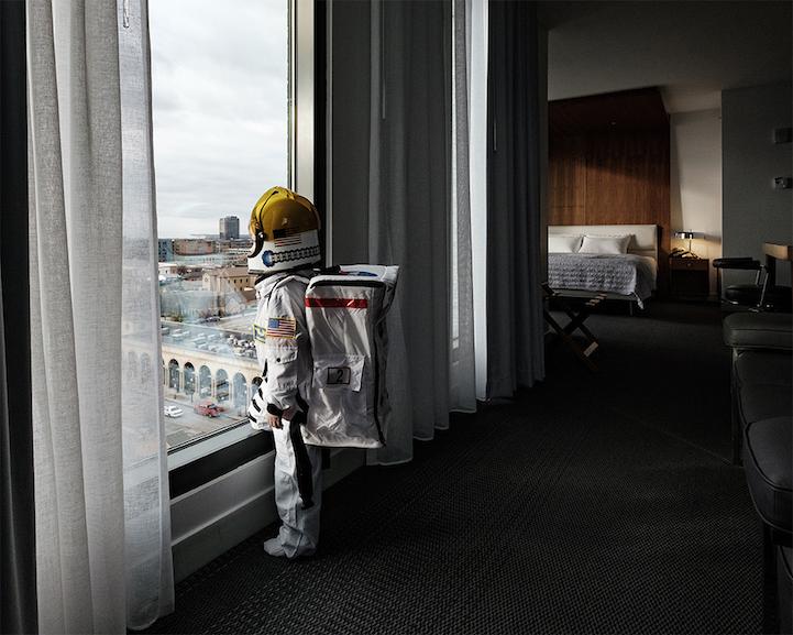 O quarto de hotel de Aaron e seu filho, Harry, lembra uma super nave espacial.