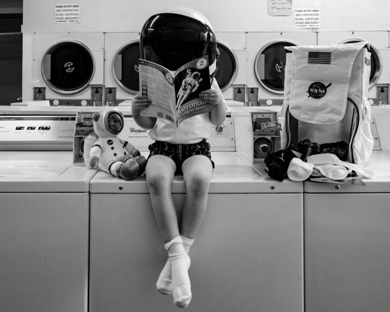 Então é assim que astronautas lavam seus trajes... (detalhe para o ursinho acompanhando)