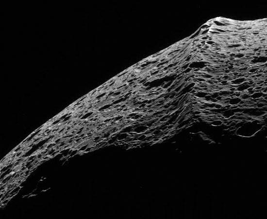 Uma das particularidades de Jápeto é esta crista equatorial, que delimita os dois hemisférios da Lua. Não se sabe como a saliência de 13 km de altura foi formada.