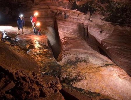 O nome oficial é Caverna Charles Brewer Carías, mas ela é conhecida mesmo de outra forma: Caverna do Fantasma. Ela fica na Venezuela, e dentro dela tem até um rio, uma cachoeira e um lago.