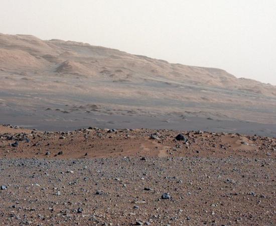 CURIOSITY - No dia 6 de agosto de 2012, a sonda aterrissou em solo marciano. A Nasa liberou a primeira imagem em alta resolução no dia 29 do mesmo mês.