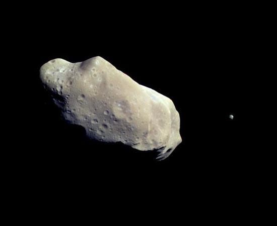 Este pequeno ponto à direita da imagem é a lua Dactyl, um pequeno satélite natural que orbita o asteroide 243 Ida - localizado no Cinturão de Asteroides, entre as órbitas de Marte e Júpiter. Foi descoberto em 1994 pela cientista Ann Harch.