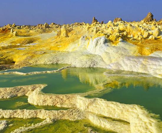 Viajar para um deserto pode ser bem interessante, principalmente se for em uma região repleta de vulcões! É o caso do Deserto de Danakil, localizado no 'Chifre Africano' (Etiópia). Ele é tão inóspito que possui uma crosta de sal. Apesar do calor de 60°, mais de 130 mil pessoas moram lá.