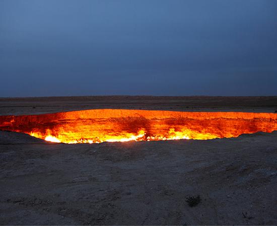 Dizem que se você for a Darvaza, no Turcomenistão pode encontrar o Portão do Inferno. A lenda surgiu na década de 1970, quando mineradores descobriram esta caverna flamejante.