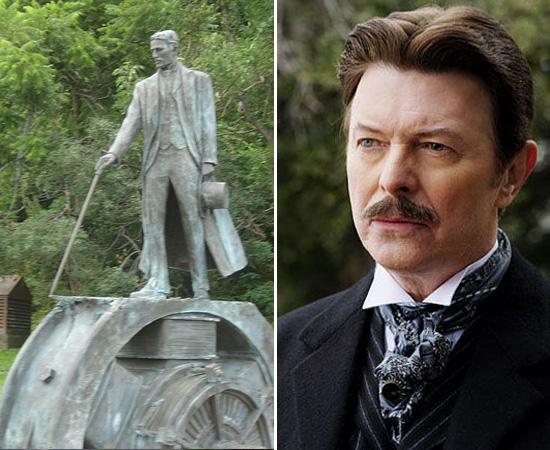 HOMENAGENS - Nikola Tesla recebeu várias homenagens póstumas, como uma estátua nas Cataratas do Niágara (foto), outra em Zagreb (Croácia) e uma terceira em sua cidade natal. Também existe um busto do cientista em Belgrado. Em 1960, a unidade que mede a densidade do fluxo magnético foi nomeada como Tesla. Uma cratera da Lua e um planeta menor foram batizados com seu nome. Em 2006, o inventor foi interpretado pelo cantor David Bowie no filme O Grande Truque (The Prestige).