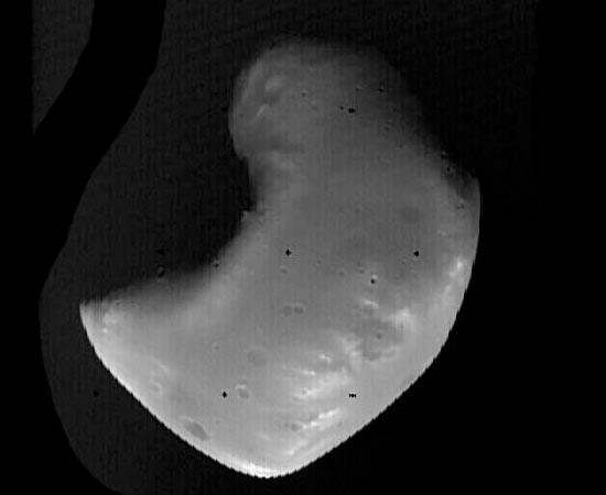 Esta é Deimos, a segunda lua de Marte e a menor lua reconhecida do Sistema Solar. Por ter um formato irregular, cientistas acreditam que se trate de um asteroide capturado pela força gravitacional marciana. Apesar de pequeno, quando visto de Marte, apresenta um brilho forte, parecido com o brilho de Vênus - visto por um observador d a Terra.