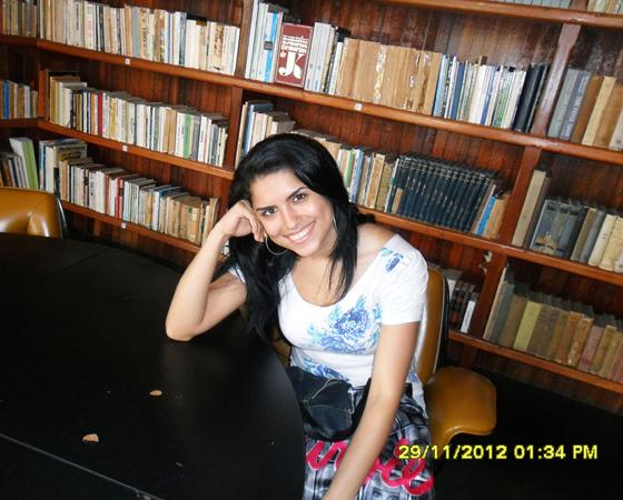 A Samara Almeida é acadêmica da UFVJM e escolheu a biblioteca para representar o seu amor infinito pelo conhecimento.