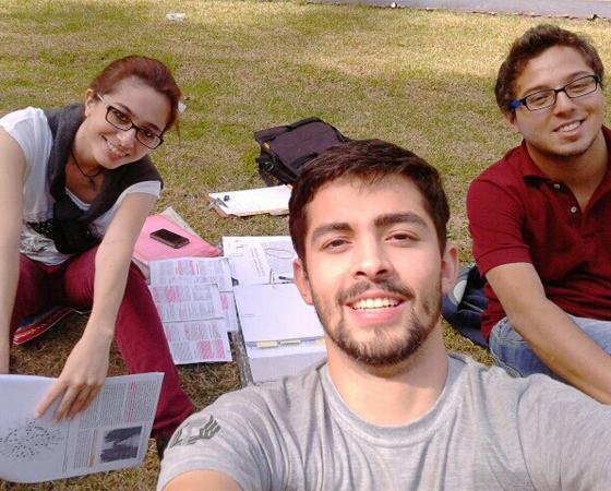 O leitor assíduo Gustavo Wolff e seus amigos, Acsa Mesquita e Guilherme Pereira, estudando. Eles são alunos do curso de medicina na Universidade Estadual de Londrina (UEL).