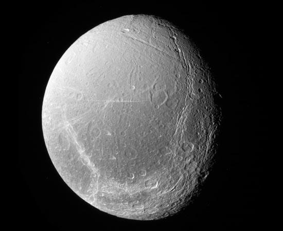 Dione é uma das maiores luas de Saturno. Orbita uma região próxima ao gigantesco anel E do planeta. Sua superfície é cheia de penhascos de gelo, criados por movimentações tectônicas.