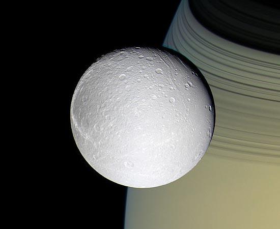 Nesta imagem tirada pela sonda Cassini é possível ver Dione em frente ao planeta Saturno.