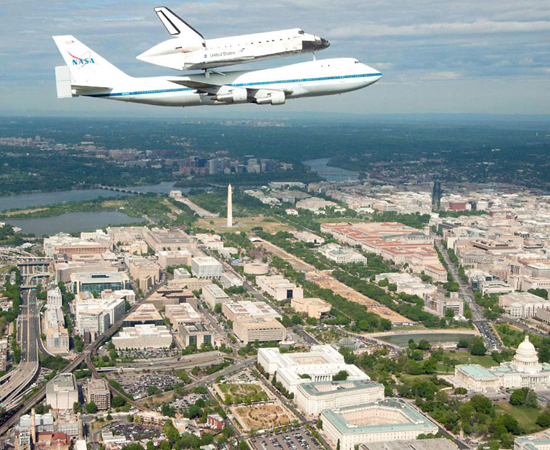 No dia 17 de abril, o ônibus espacial Discovery fez seu último voo. A nave, usada pela Nasa desde 1984, agora faz parte de um museu americano.