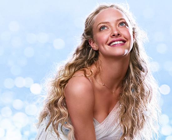 A atriz Amanda Seyfried aparece com um pescoço gigante em uma das imagens de divulgação do filme Mamma Mia.