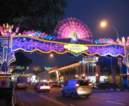Em Singapura, o Festival das Luzes é comemorado em uma área iluminada de 2 km de extensão, no bairro de Little India.