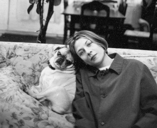 Donna Tartt e sua pug Pongo. Ela é escritora e romancista. Ficou famosa pelo best seller A História Secreta (1992).