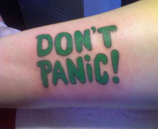 Se você estiver longe do seu Guia do Mochileiro das Galáxias, é bom ter outra forma de lembrar para não entrar em pânico