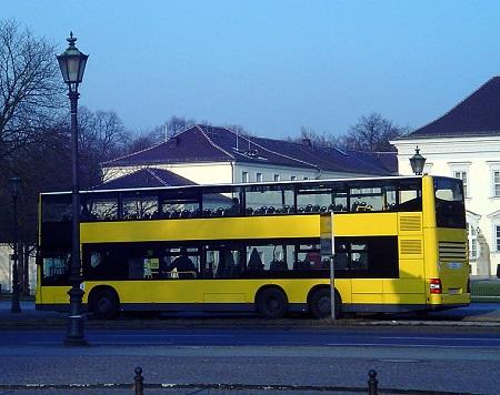 Outro ônibus capaz de levar muito mais gente é o de dois andares, comum em Londres e usado também em outras cidades europeias. O da foto circulava em Berlim, na Alemanha.
