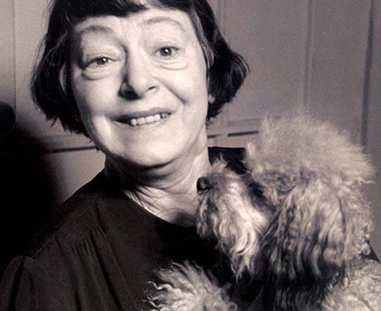 Dorothy Parker ao lado de sua cachorra Misty. A escritora americana ficou conhecida por seus roteiros de filmes. Ela é autora de Nasce Uma Estrela.