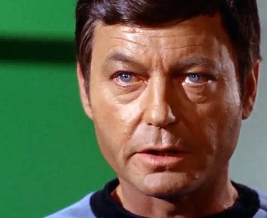 'Eu sou um médico, não um...' - Dr. Leonard 'Magro' McCoy