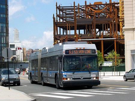 Com tecnologia híbrida, esse tipo de ônibus pode usar vários tipos de energia. O da foto está com os cabos de energia elétrica recolhidos e se move usando diesel.