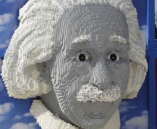 Este busto de Einstein feito com peças de Lego está em exposição em Legoland, na Flórida.