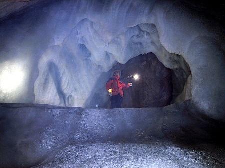 A Caverna Eisriesenwelt, na Aústria, recebe 200 mil turistas por ano. Está localizada a 40 quilômetros da cidade de Salzburg, numa parte dos Alpes. Essa é a maior caverna de gelo do mundo.