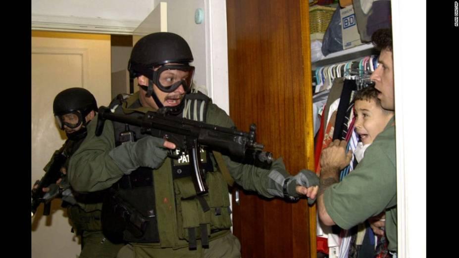 Durante uma missão em Miami em, 2000, agentes das forças armadas americanas capturam o garoto Elias Gonzales, de 6 anos. Gozales viu sua mãe ser afogada quando o navio clandestino em que vinhamde Cuba naufragou. Ogoverno americano enviou o Exército para levar ogaroto de volta ao pai, em Cuba.