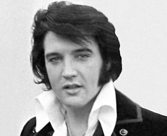 Elvis Presley morreu no dia 16 de agosto de 1977. De acordo com o laudo, o cantor teve uma arritmia cardíaca relacionada ao uso exagerado de medicamentos. No entanto, muitos entusiastas acreditam que, na verdade, o cantor não morreu nessa data e outros acham que ele continua vivo. Alguns fãs afirmam até ter avistado o astro perambulando por aí - teoria que alimenta dezenas de lendas urbanas. Em 2010, o médico que cuidara de Elvis durante 12 anos, afirmou que a morte, na verdade, foi causada por uma prisão de ventre.